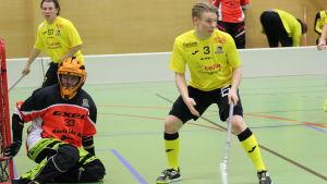 Innebandyspelare från FBC Raseborg Knights, Patrick Juntunen, målvakten Andreas Wentzel och Tero Martiskainen.
