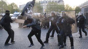 Demonstranter och polis drabbade samman i Paris den 23 april 2017 efter resultatet i den första omgången i presidentvalet.