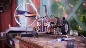 En skulptur föreställande en traktor