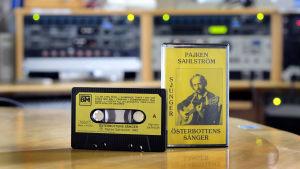 Pajken Sahlström sjunger Österbottens sånger på c-kassett.