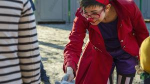 Michelle-klovni hyvästelee yleisöä Sirkus Finlandian esityksen jälkeen.