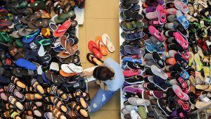 Skoförsäljare vid marknad i Vietnam.