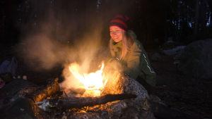 Hanna Enlund vid en eld.