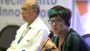 Minister för energi och intellektuell egendom, baronessan Lucy Neville-Rolfe i förgrunden. Hon talar in i en mikrofon.