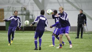Sixten Boström följer med HJK:s träningar med bl.a. Teemu Tainio och Mikael Forsell, våren 2013.