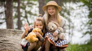 Lapsinäyttelijät Ella Kangas (vas, 6-v, Vilttitossu) ja Emily Shipway (8-v, Heinähattu) (Heinähattu, Vilttitossu ja Rubensin veljekset), Jollas, Laajasalo, 21.6.2017.