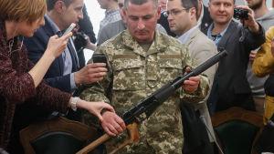 Vapen som ska tillhöra tillfångatagna ryska soldater i Ukraina.