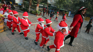 Skolbarn firar jul i en skola i Amritsar i Indien den 23 december. Trots att endast omkring 2 procent av indierna är kristna firas julen i hela landet.