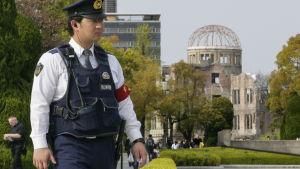 En vakt patrullerar vid fredsparken i Hiroshima inför G7-ländernas utrikesministermöte.
