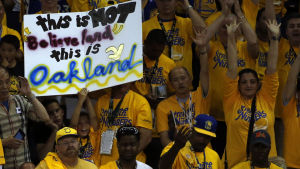 "Golden State-supportrar med en skylt. ""This is NOT believeland, this is Oakland""."