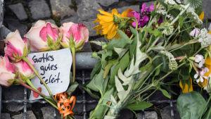 Blommor till minnet av de dödade i Nice vid Frankrikes ambassad i Berlin..
