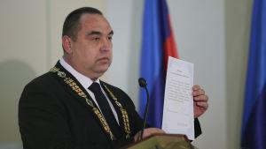 Ukrainska separatiskledaren Igor Plotnitskij svär en ed år 2014.