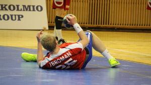 Joacim Broman ligger på golvet.