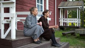 Alexandra Mangs som Alma, och Lena Österberg som Jepo-Fina.