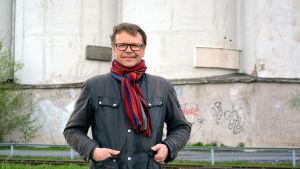 Johan Ångerman står framför silorna i Vasa
