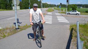 Micki Kulju på sin cykel i korsningen av Tolkisvägen och Bofinksvägen.