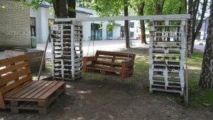 Trädgårdsgunga byggd av lastpallar.