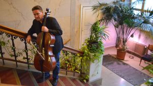 cellisten jan-erik gustafsson i rådhusets trappuppgång i lovisa
