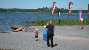 Barn och far ser ut över havet