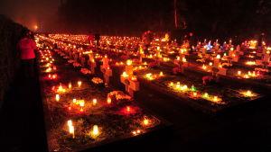 Folk tänder ljus på sina anhörigas gravar i Szczecin i Polen