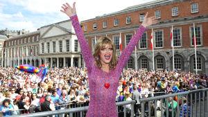 Folkmassa firar samkönat äktenskap i Irland.