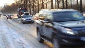 Trafik på Backasgatan i Helsingfors.