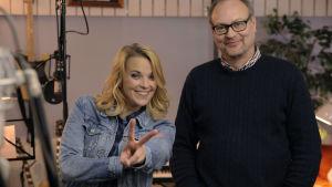 """Anna-Karin Siegfrids och musikproducenten Niklas Nylund i musikstudion under bandningen av MGP-låten """"Vi""""."""