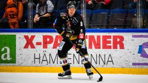 Niklas Hagman med pucken.