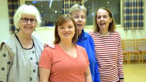 Maria Hammarberg drar en kurs i styrka och balans vid Folkhälsan, mitten. Hon flankeras av Birgitta Boucht, Elisabeth Blom och Ulla Sohlberg.