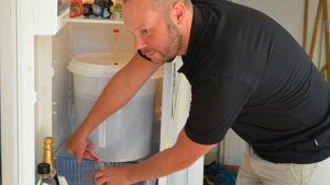 André Brunnsberg har ett tjeckiskt pils i sitt kylskåp.