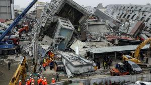 Kollapsade byggnader efter jordskalv i Tainan, Taiwan.