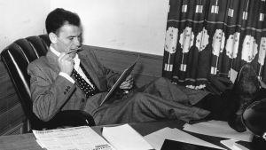 Frank SInatra lukee kirjoituspöydän ääressä