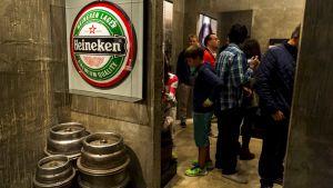 Besökare i Heinekenmuseet i Amsterdam