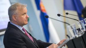 Näringsminister Olli Rehn (C) på regeringens presskonferens på tisdagen.