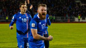 Aron Gunnarsson firar mot Finland.