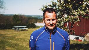Frank som är intagen på det norska fängelset Bastöy står framför huset som han bor i.