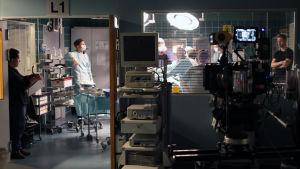 Syke-sarjan kuvauksista: sairaalan leikkaussali, monitoreita ja kamera.