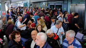 Strandade resenärer på Heathrow lördagen 27.5.2017.