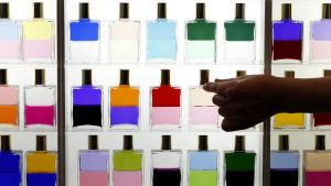 Hylla med parfymflaskor på skönhetsmässa i Japan.