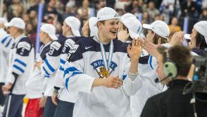 Ishockeyspelare firar guldmedalj.