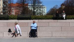 Äldre människor som solar i Helsingfors.