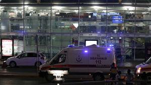Självmordsattack mot flygplasten Atatürk i Istanbul.