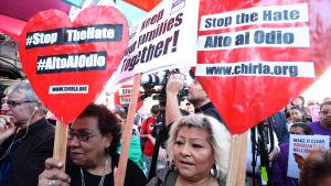 Hundratals människor demonstrerade för invandrarnas rättigheter i Los Angeles 14.2.2017