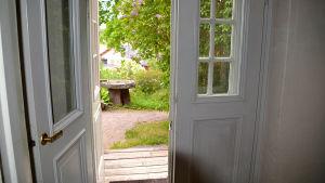 Utgången till trädgården i Diktarhemmet i Borgå