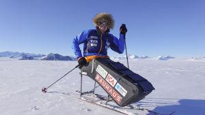 Aron Anderson i en sitski, på väg mot Sydpolen.