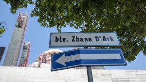Jeanne d'Arcs gata invid moskébygge i Tirana.