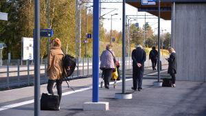 Folk stor på perrongen vid Bennäs tågstation i Pedersöre