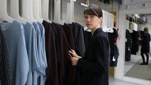 Designern Mila Moisio vid klädräcke