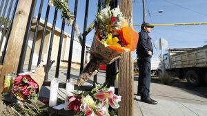 Blommor nära platsen där minst 24 miste livet då en lagerbyggnad där en technofest pågick började brinna den 3 december 2016.