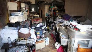 Högar av skräp i ett hem